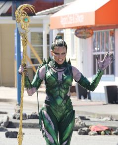 Elizabeth-Banks-as-villain-Rita-Repulsa-on-the-new-Power-Rangers-set